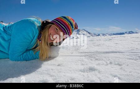 Verlegung auf Schnee, Mädchen lächelnd - Stockfoto