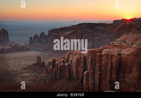 Sonnenaufgang am hinteren Ende des Hunts Mesa über Monument Valley in Arizona - Stockfoto