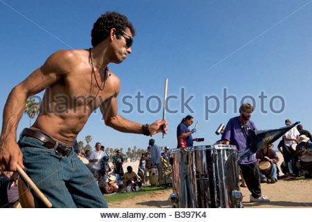 Männliche Perkussionist im Drum Circle Venice Beach Kalifornien - Stockfoto