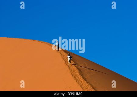 Klettern Düne 45 im Namib-Naukluft-Nationalpark, Namibia - Stockfoto