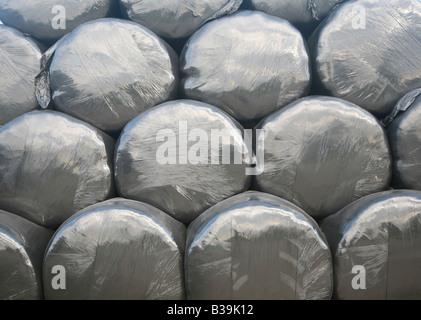 Stapeln von Rundballen Heu in schwarzem Kunststoff-Abdeckungen - Stockfoto