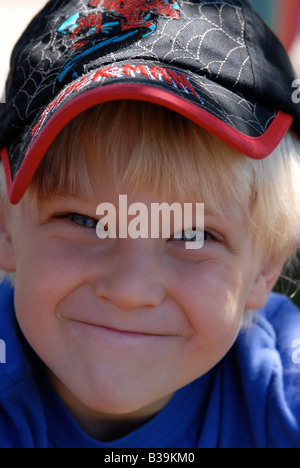 Porträt eines schelmischen kleinen Jungen tragen eine Baseball-cap - Stockfoto