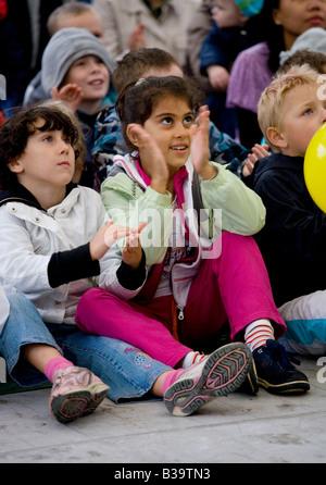 Publikum von Kindern Händeklatschen - Stockfoto