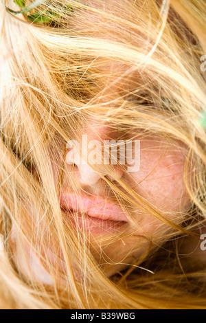 Porträt von rothaarige Frau mit vom Wind verwehten Haaren bedeckte Gesicht Nahaufnahme - Stockfoto