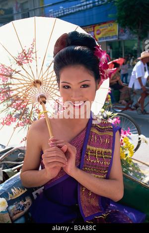 Thailand, Chiang Mai, Mädchen in traditionellen Thai Kostüm auf dem Chiang Mai Flower Festival - Stockfoto