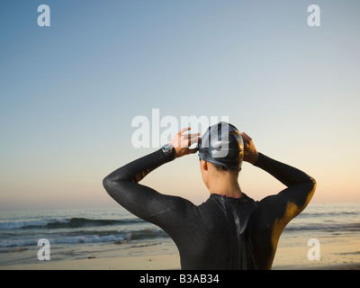 Rückansicht des Hispanic Trägerin Neoprenanzug - Stockfoto