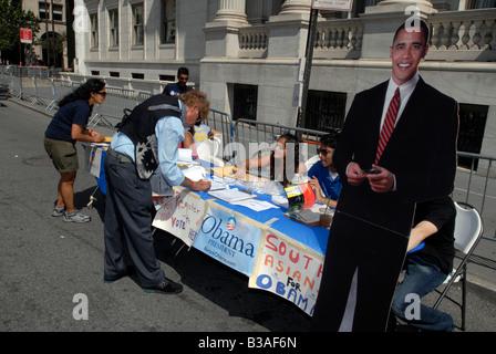 Freiwillige Unterstützer der Präsidentschaftswahlen demokratischen Hoffnung Barack Obama Mann ein Wähler-Registrierung - Stockfoto