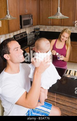 Hispanische Vater lächelnd an baby - Stockfoto