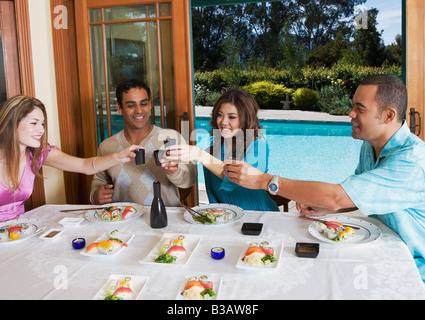 Multi-ethnischen Paare Sushi-Essen - Stockfoto