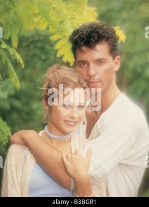 Nahaufnahme des jungen Paares halten einander im Freien. - Stockfoto