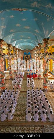Vietnam, Tay Ninh in der Nähe von Saigon, große Tempel der Cao Dai Religion, erhöhte innere zu Diensten - Stockfoto