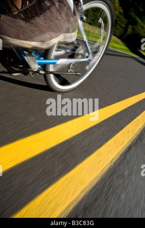 Fahrrad Fahrrad Radfahren Mountainbike Reifen schnell Bewegungsunschärfe auf Straße Straße Detail - Stockfoto