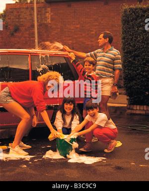 Familie Spaß beim Waschen ihr Autos - Stockfoto