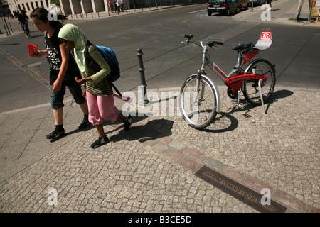 Junge türkische Mädchen die symbolischen Trennungslinie an der Stelle, wo die Berliner Mauer in Berlin, Deutschland - Stockfoto