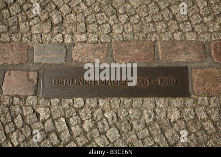 Gedenktafel an der Stelle, wo die Berliner Mauer von 1961 bis 1989 in Berlin, Deutschland war - Stockfoto