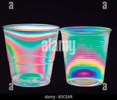 Wissenschaft. Physik. Stress-Muster in Plastikbechern fotografiert in polarisiertes Licht. - Stockfoto