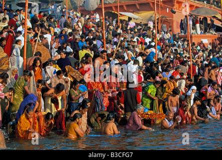 Indien Uttar Pradesh Varanasi Banares am frühen Morgen Baden in den heiligen Fluss Ganges entlang Dasaswamedh Ghat - Stockfoto