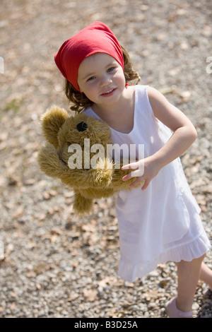 Deutschland, Bayern, Ammersee, kleines Mädchen (3-4) mit Teddybär - Stockfoto