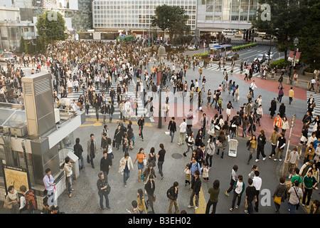 Menschen am Fußgängerüberweg in Tokio - Stockfoto