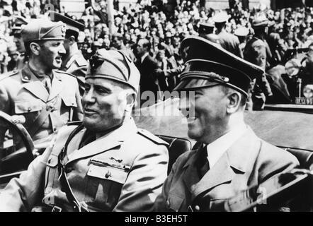Hitler & Mussolini in einem Auto, 1940. - Stockfoto