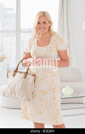 Porträt einer Frau mit Handtasche - Stockfoto