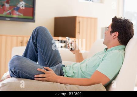 Mann im Wohnzimmer vor dem Fernseher - Stockfoto