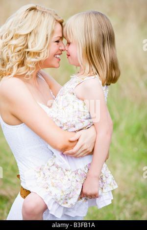 Mutter Tochter der Holding im freien Lächeln - Stockfoto