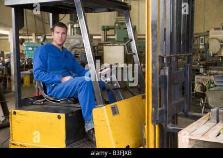Lagerarbeiter in Gabelstapler - Stockfoto