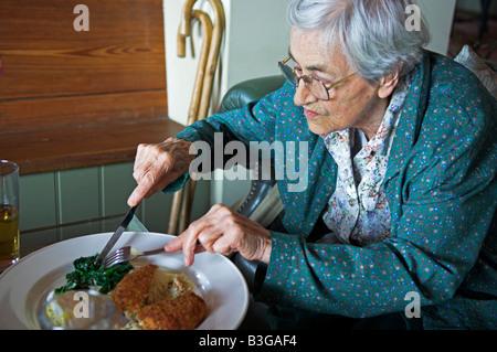 Aktive Frau von 92 Jahren in englischen Pub Essen - Stockfoto