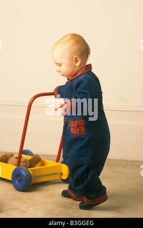 Baby, die ihre ersten Schritte - Stockfoto