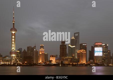 Pudong-Bereich in der Abenddämmerung in Shanghai vom Bund (Westbank des Huangpu-Flusses) aus gesehen - Stockfoto