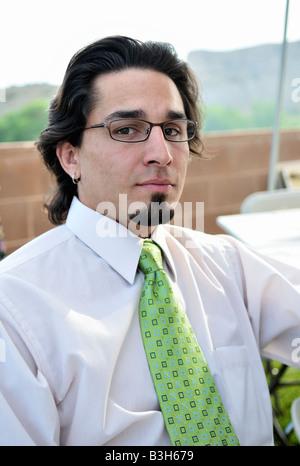 Ein 30 Jahre Alter Hispanic Mann mit einem Spitzbart mit Brille auf ein Picknick im freien Nachmittag im Penrose, - Stockfoto