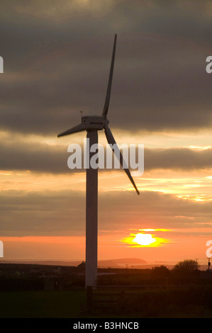 Wind-Turbine-s in Cornwall UK bei Sonnenuntergang in der Nähe von Camelford - Stockfoto