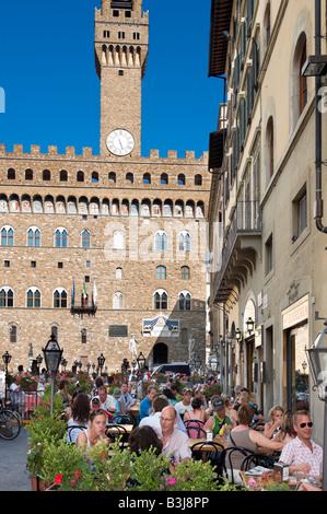 Restaurant vor dem Palazzo Vecchio auf der Piazza della Signoria, Florenz, Toskana, Italien - Stockfoto