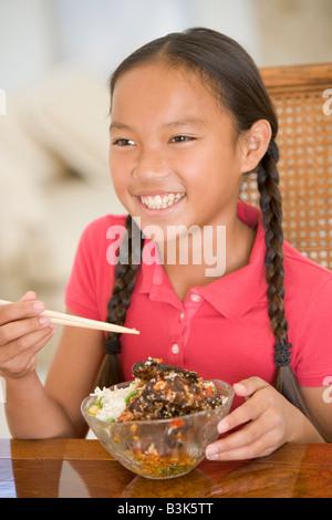 Junges Mädchen im Speisesaal essen, chinesisches Essen Lächeln - Stockfoto