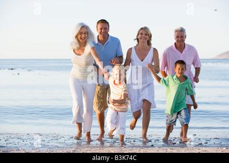 Großfamilie zu Fuß am Strand - Stockfoto
