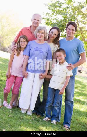 Großfamilie in Parks Hand in Hand stehen und Lächeln - Stockfoto