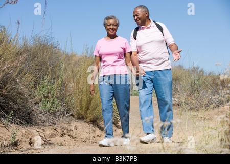Älteres Paar auf einem Wanderweg - Stockfoto