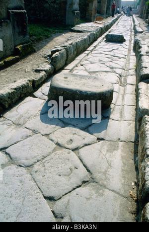 Pompeji-Italien-alten asphaltierten Straße mit Spurrillen getragen von Wagen Räder - Stockfoto