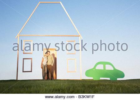 Paar stand neben vertikale Haus Gliederung und Auto-Ausschnitt - Stockfoto