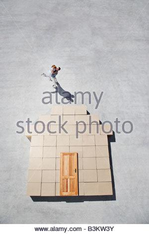 Paar neben Haus Umriss auf Bürgersteig - Stockfoto