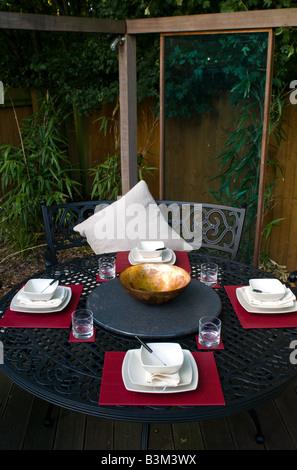 Edel gedeckter Tisch in einem Weinkeller mit baguette