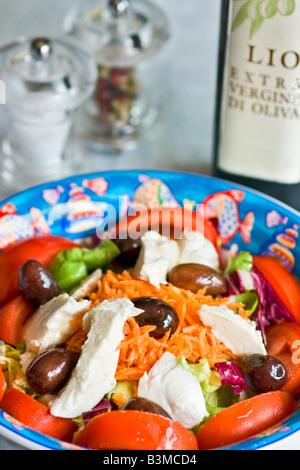 Mix-Salat mit Mozzarella und Oliven - Stockfoto