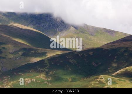 Ein Profil der Hügel von der Seenplatte mit Wolken Rollen über und starke Schatten Wesen Besetzung Hervorhebung - Stockfoto