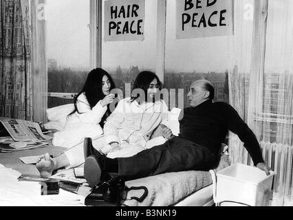 John Lennon von den Beatles im Bett mit Yoko Ono im Hilton Hotel Amsterdam mit Spiegel-Autor Donald Zec während - Stockfoto