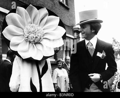 60er Jahre Mode Der 1960er Jahre Kleidung Ascot Frau In Gelb Orange
