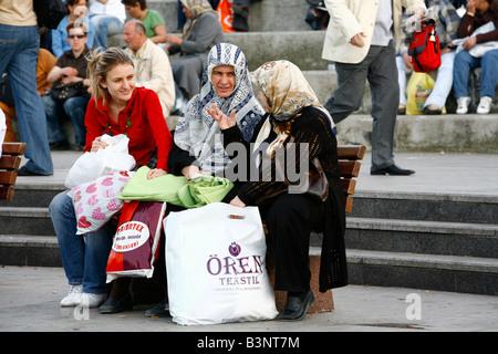 Mai 2008 - Frau sitzt auf einer Bank Istanbul Türkei - Stockfoto