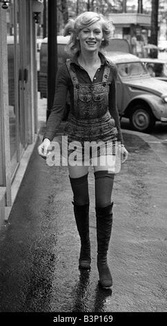 paris fashion shorts und das franz sische m dchen modell tragen schwarze hotpants und kniehohe. Black Bedroom Furniture Sets. Home Design Ideas
