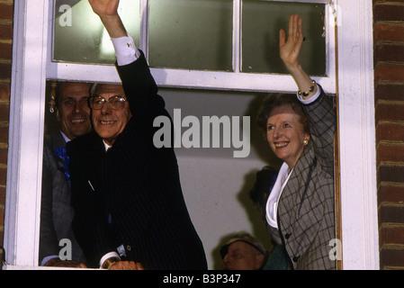 Die Premierministerin Margaret Thatcher mit Ehemann Denis Thatcher wird zurückgegeben, Nr. 10 Downing Street zum - Stockfoto