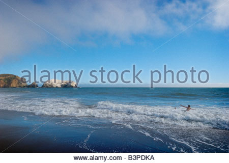 Kinder spielen in den Pazifischen Ozean Wellen beim Rodeo Strand Golden Gate National Recreation Area Marin County - Stockfoto